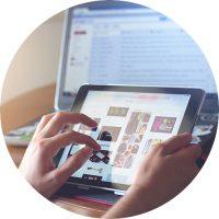 iPad i förgrunden till en dator i bakgrunden